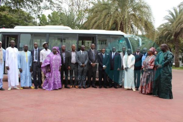 (Photos) Le Président Macky Sall offre un bus flambant neuf à l'As Pikine