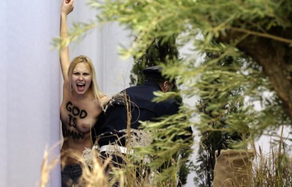 Une femen seins nus dans la crèche de la place Saint-Pierre