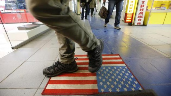 Moscou : un paillasson aux couleurs américaines piétiné à l'entrée d'un centre commercial