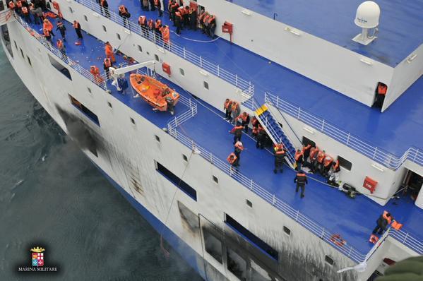 Des centaines de passagers encore piégés sur un ferry en feu au large de la Grèce