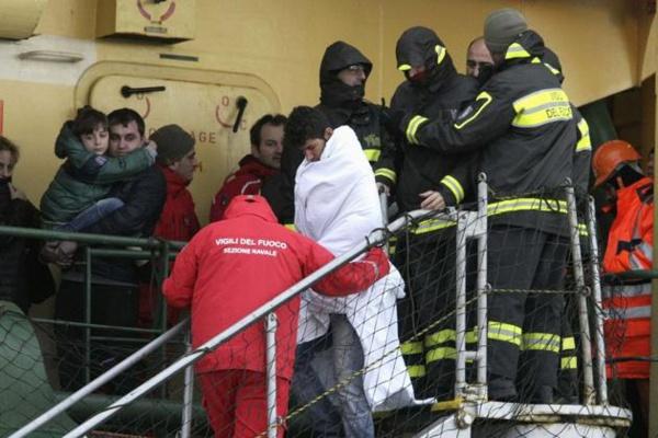 Des passagers du ferry arrivent en Italie, 162 encore à bord