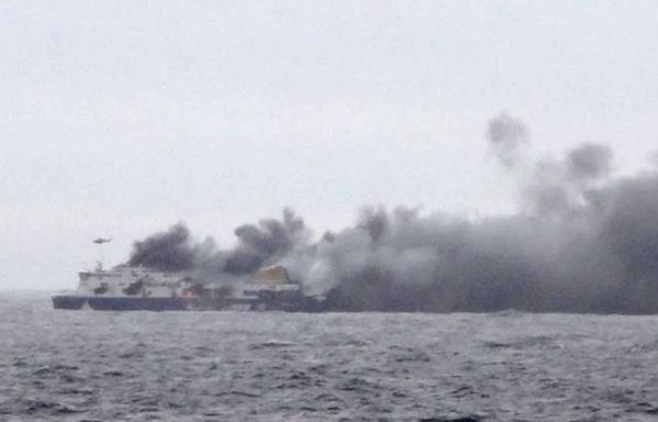 Les images du ferry en flammes au large de la Grèce