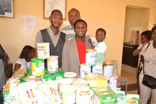 Le pasteur Emmanuel et les pensionnaires de l'église ''Christ Embassy'' au chevet des enfants