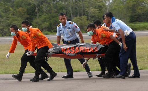 AirAsia: les recherches suspendues à cause du mauvais temps
