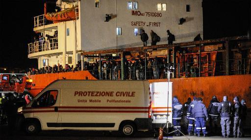 Adriatique: 700 migrants entassés sur un cargo, secourus par la marine italienne