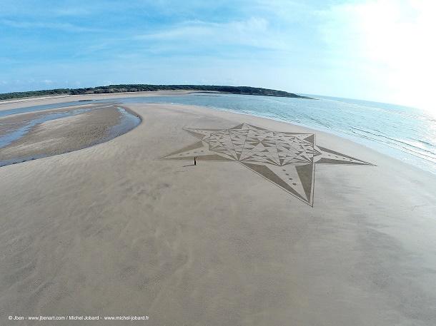 Cet artiste dessine des œuvres gigantesques dans le sable de la plage ! Photographié par un drone, le résultat est exceptionnel...