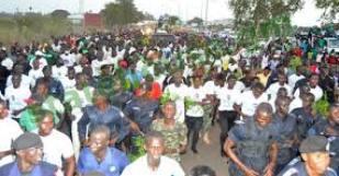 Gambie: Au lendemain de la tentative de putsch, l'armée organise une marche de soutien à Jammeh