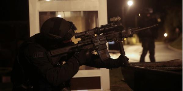 """La traque des tueurs de """"Charlie Hebdo"""" se poursuit. (JOEL SAGET/AFP)"""