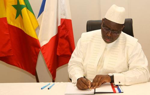 """Macky Sall signant le registre de condoléances : """"le terrorisme doit être vaincu par tous les moyens"""""""