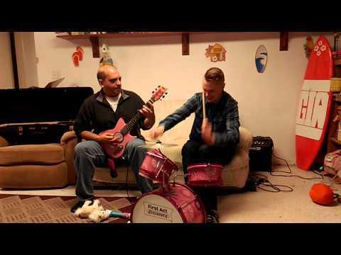 Ce père et son fils, se sont amusés à jouer du metal avec des instruments pour enfants