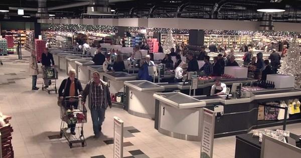 Ils ont cru entrer dans un supermarché bien ordinaire, mais ce qui se passe quand on éteint les lumières est absolument grandiose !