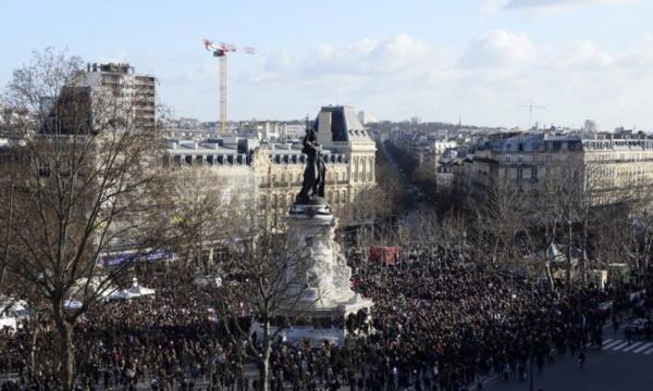 """Manifestation en hommage aux victimes de """"Charlie Hebdo"""": Des milliers de personnes déjà rassemblées à Paris"""