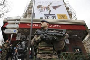 """La France """"en guerre"""" et en deuil"""