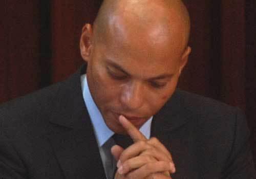 N'appréciant pas d'avoir été menotté, Karim Wade fond en larmes