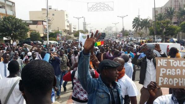 Charlie Hebdo: au moins un millier de manifestants à Dakar, drapeau français brûlé