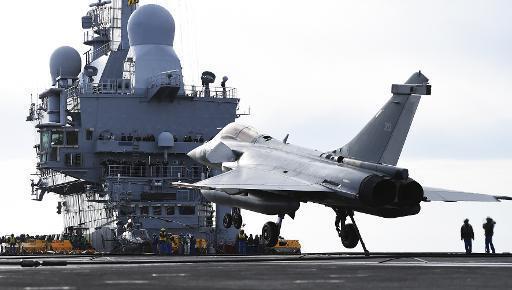 Le porte-avions français Charles de Gaulle en route pour le Golfe
