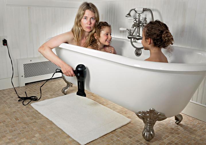 Les joies de la vie domestique : Une maman réalise des photos de famille déjantées...En y mettant une bonne dose d'humour noir !