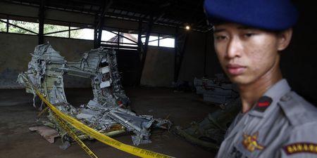 Crash du vol Air Asia : la piste terroriste rejetée, les recherches de plus en plus difficiles