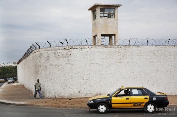"""Rebeuss : Pape Ndong, l'agent qui avait """"agressé"""" Karim Wade, muté à l'extérieur de la prison"""