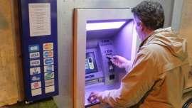 Un distributeur donne le double de la somme demandée et se fait prendre d'assaut