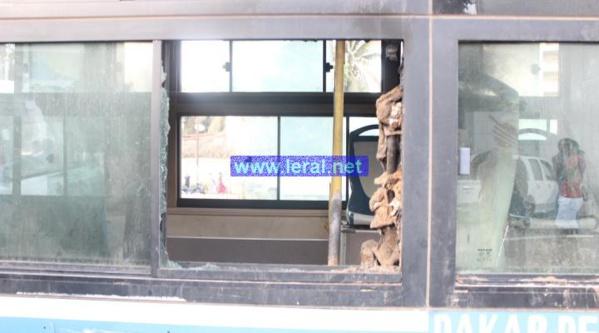 Un bus de Dakar Dem-Dikk mis à sac à l'Ucad: Les sortants de la Fastef indexés (Photos)