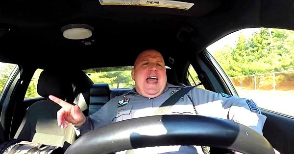 Voici le policier le plus drôle du monde ! Il chante, danse et se déchaîne en conduisant ! La caméra de bord l'a enregistré, c'est juste énorme...