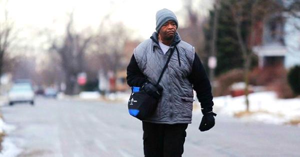 Il marchait 60 kilomètres par jour pour aller travailler, ce qu'ils ont fait pour lui est juste parfait ! Il reste encore un peu d'humanité dans ce monde...