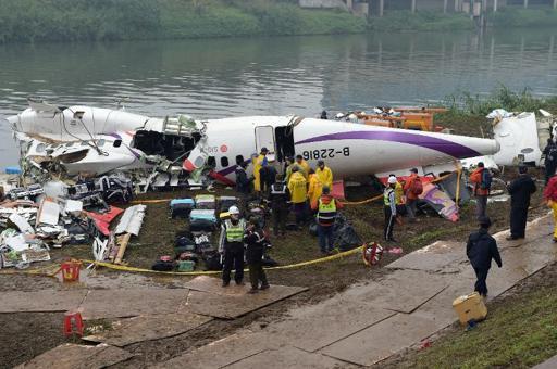 Crash d'un avion à Taïwan: 12 disparus recherchés, le pilote salué comme un héros