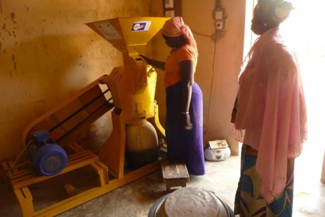 Bandègne : Le maire Assane Seck offre aux femmes de la commune un moulin à mil