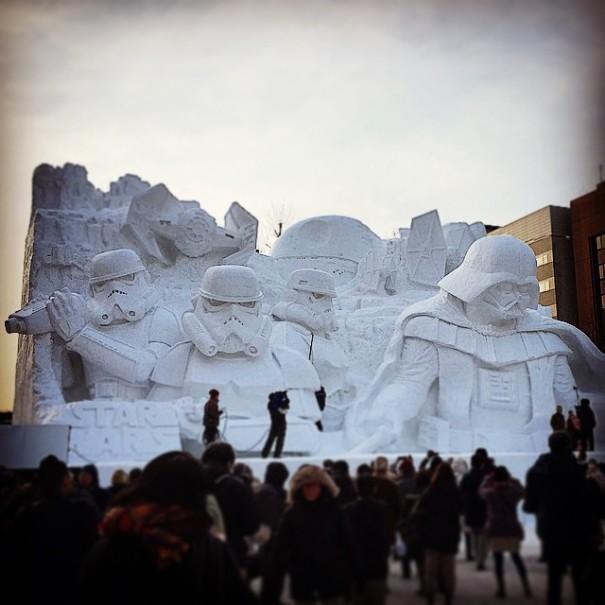 Impressionnant : 3500 tonnes de neige utilisées pour créer des sculptures inspirées de Star Wars !