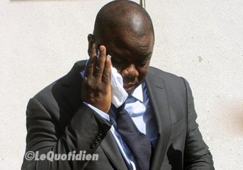 """La femme d'Abdoulaye Baldé repasse devant la Crei avec ses """"armes"""" en main"""