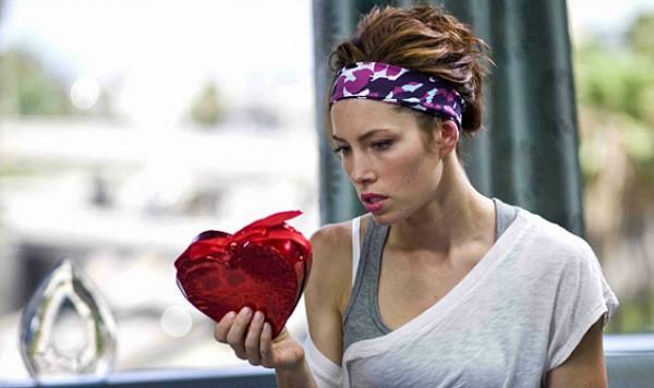 Top 10 des petits signes que ta copine attend VRAIMENT la Saint Valentin (et que tu lui offres un truc)