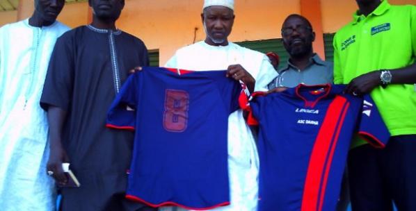 Dahra : Djiby Ndiaye, Directeur Général de l'Agence Nationale pour les Energies Renouvelables, habille les joueurs de l'asc Dahra