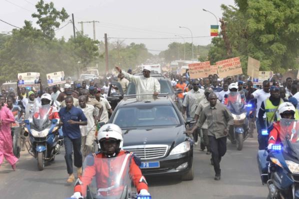 Incroyable! Un ministre de la République porté sur les épaules pour voir le Président Macky Sall