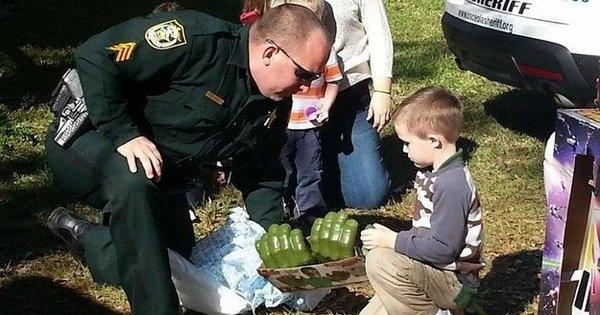 Personne n'est venu à l'anniversaire de son fils autiste, mais les policiers et les pompiers ont parfaitement rattrapé le coup !