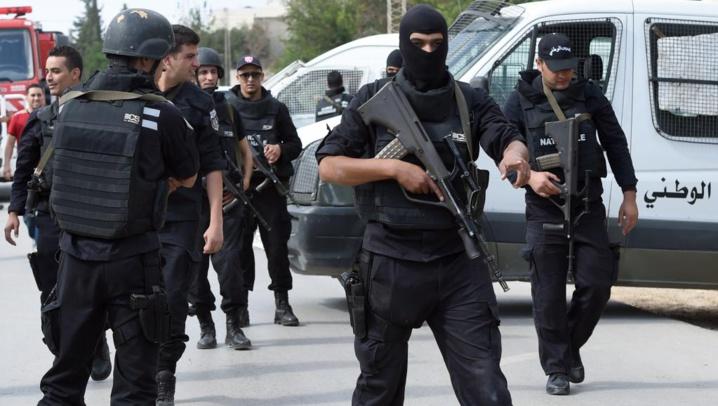 Tunisie: attaque meurtrière et prise d'otages près du Parlement