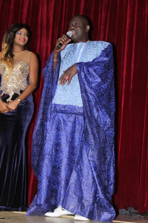 Le regard complice de fama thioune sur Mbaye Garmi