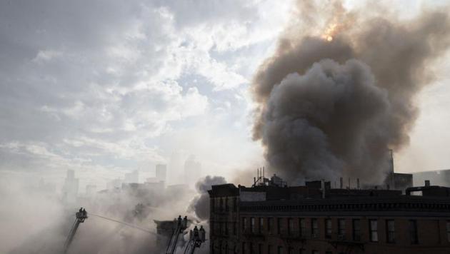 Trois immeubles s'effondrent après un incendie monstre à New York