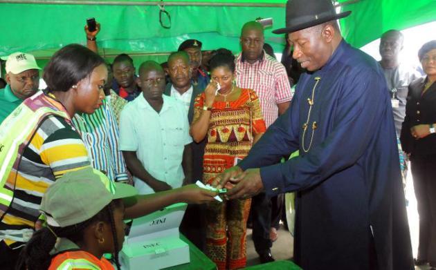 Les Nigérians élisent leur président, des bureaux de vote attaqués