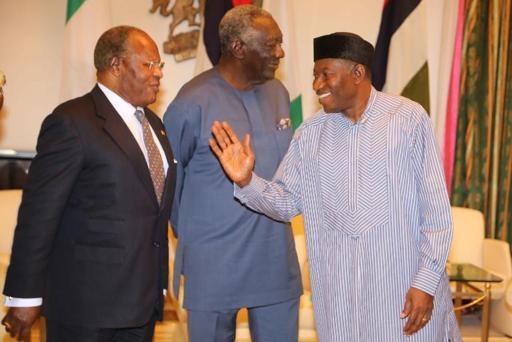 Le Nigeria attend de connaître son prochain président, premiers résultats partiels serrés