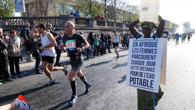 Une Gambienne prend le départ du marathon, pour défendre l'accès à l'eau