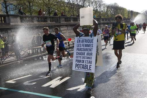 Une militante gambienne sur le marathon de Paris