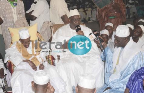 Macky Sall parle en présence de Thierno Amadou Tidiane Bâ et des pélerins