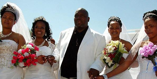 Incroyable! Cet homme d'affaires a épousé ces 4 femmes en même temps