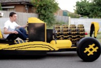 On lui donne 20.000$, il construit une voiture LEGO (qui ne pollue pas en plus)