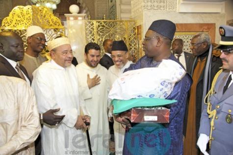 Arrêt sur image: Macky Sall au Mausolée de Cheikh Ahmed Ahmed Tidiane Chérif, les mains pleines de présents