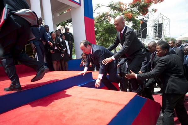 Humilié par les élèves et étudiants haïtiens, Hollande tremble et tombe sur le tapis rouge
