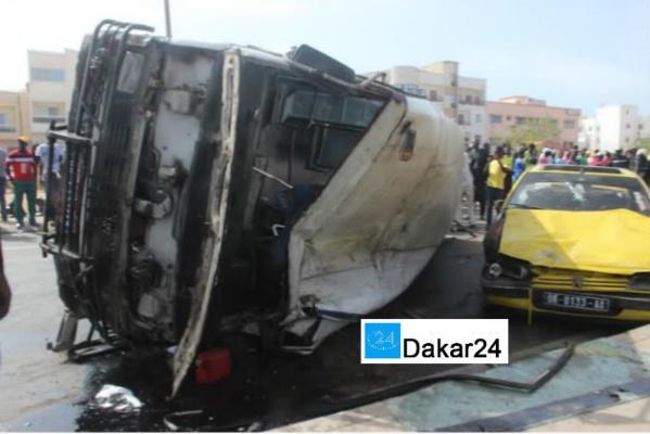Regardez comment le bus Tata de la Ligne 4 a chuté du pont de la Foire et s'est écrasé sur un taxi
