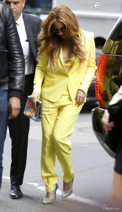 Beyoncé : En tailleur et soutien-gorge, la sexy modeuse fascine