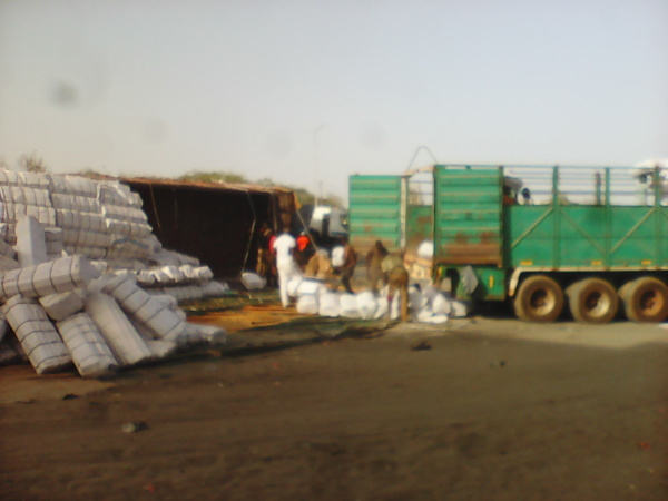 Accident spectaculaire à Rufisque: Un camion rempli de tissus se renverse sur la chaussée